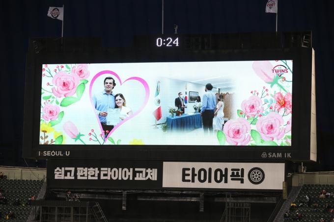 LG 트윈스가 16일 잠실구장 전광판을 통해 라모스의 결혼을 축하했다.(LG 트윈스 제공) © 뉴스1
