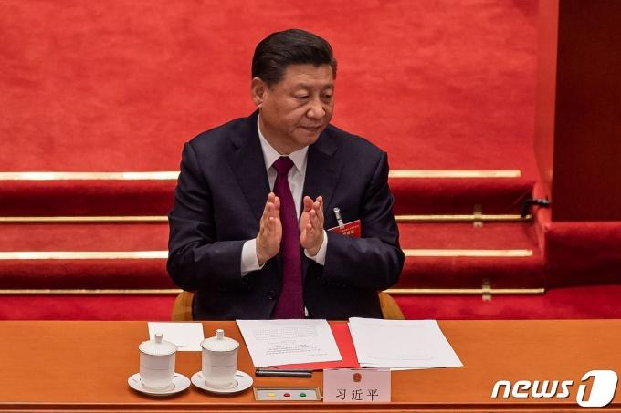 시진핑 중국 국가주석이 11일 (현지시간) 베이징 인민대회당에서 열린 전국인민대표대회(전인대)서 홍콩 선거제 개편안이 통과되자 박수를 치고 있다. © AFP=뉴스1 © News1 우동명 기자