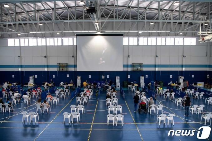 15일(현지시간) 칠레 산티아고 백신 접종 센터에서 교사들이 중국산 코로나19 백신을 접종받고 있다. © AFP=뉴스1 © News1 우동명 기자