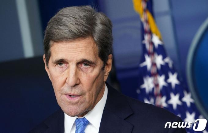 존 케리 미국 기후 특사가 27일(현지시간) 워싱턴 백악관 브래디룸에서 기후변화 정책 관련 브리핑을 하고 있다. © AFP=뉴스1 © News1 우동명 기자
