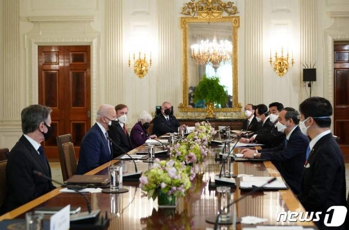 16일(현지시간) 미국 백악관에서 조 바이든 대통령과 스가 요시히데 일본 총리가 만나고 있다.  © AFP=뉴스1