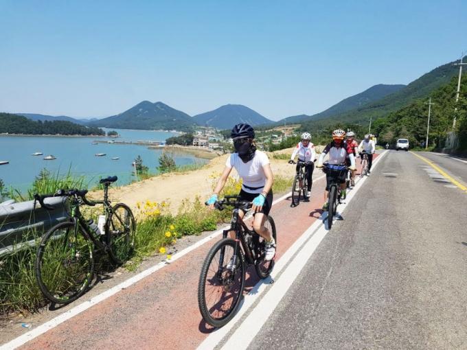 여행공방을 이용해 자전거 여행을 즐기는 여행객들의 모습