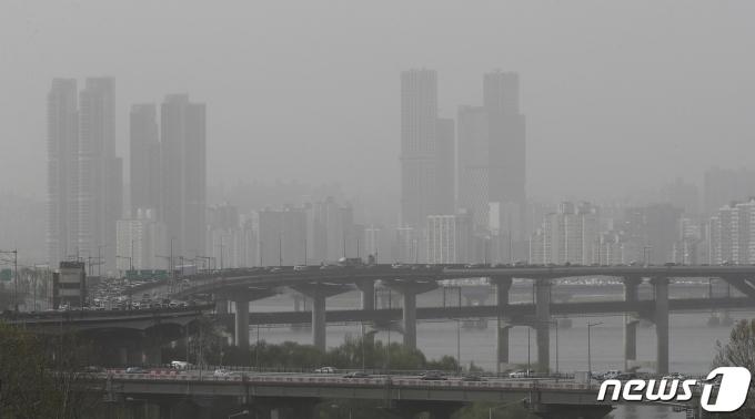 몽골과 중국발 황사가 찾아온 16일 오후 서울 도심이 뿌옇게 보이고 있다. 이날 밤 중부지역은 일시적으로 미세먼지 농도가 '매우 나쁨' 수준까지 치솟을 전망이다. 2021.4.16/뉴스1 © News1 이동해 기자