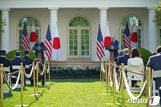 조 바이든(오른쪽) 미국 대통령과 스가 요시히데 일본 총리가 16일(현지시간) 오후 백악관 로즈가든에서 기자회견을 하고 있다. © AFP=뉴스1 © News1 최종일 기자