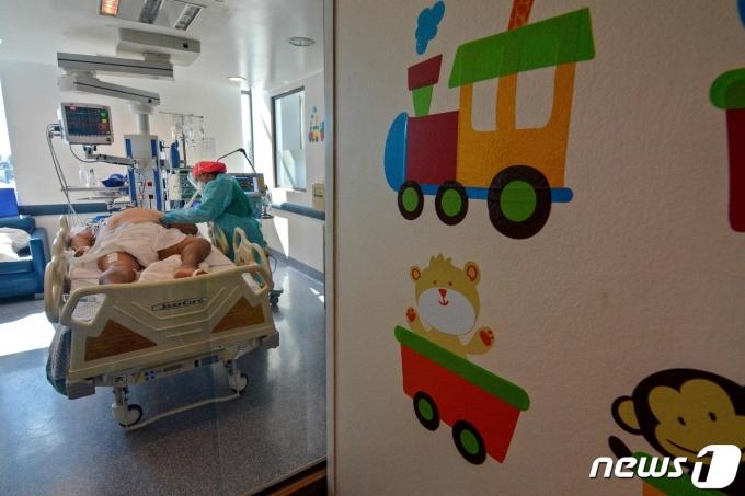 칠레 콘셉시온 한 종합병원의 중환자실에서 2021년 4월 12일 코로나19 환자가 치료받는 모습. 칠레의 중환자실 점유율은 97%로 병상 포화 상태다. © AFP=뉴스1