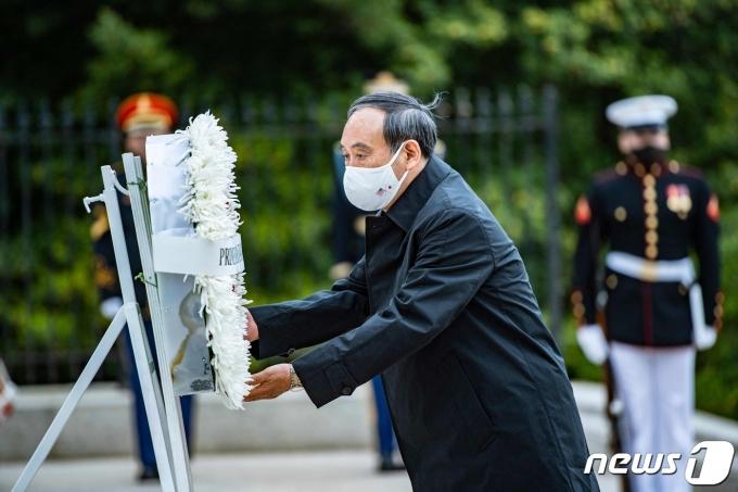 스가 요시히데 일본 총리가 16일(현지시간) 버지니아주 알링턴 국립묘지에서 헌화를 하고 있다. © AFP=뉴스1 © News1 우동명 기자