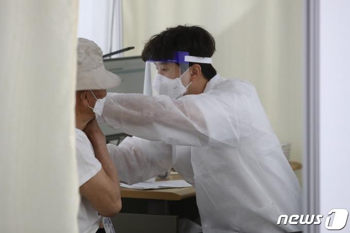 경북 경산시에 거주하는 75세 이상 일반인 대상 화이자사의 신종 코로나바이러스 감염증(코로나19) 백신 접종이 시작된 15일 오전 경산실내체육관에 마련된 예방접종센터에서 어르신들이 백신을 맞고 있다. 2021.4.15/뉴스1 © News1 공정식 기자