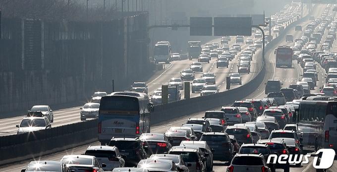 서울 경부고속도로 잠원IC 부근. 2021.2.13/뉴스1 © News1 박지혜 기자