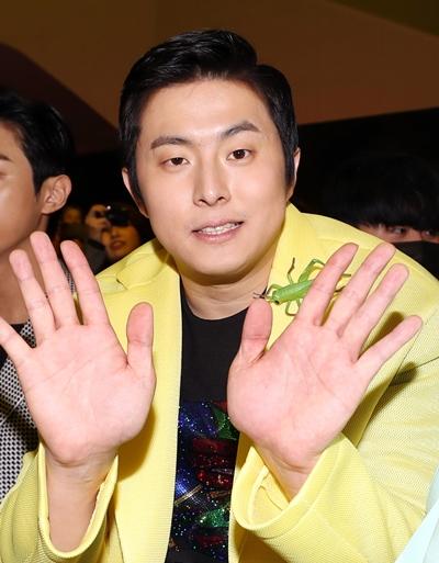 기안84가 2019년 3월20일 서울 중구 동대문디자인플라자(DDP)에서 열린 2019 F/W 서울패션위크 카루소(CARUSO) 패션쇼에 참석해 인사를 하고 있다. /사진=뉴스1