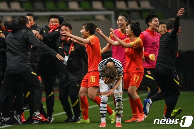 한국은 중국과의 여자축구 플레이오프에서 2-2로 비겨 본선 진출에 실패했다. © AFP=뉴스1
