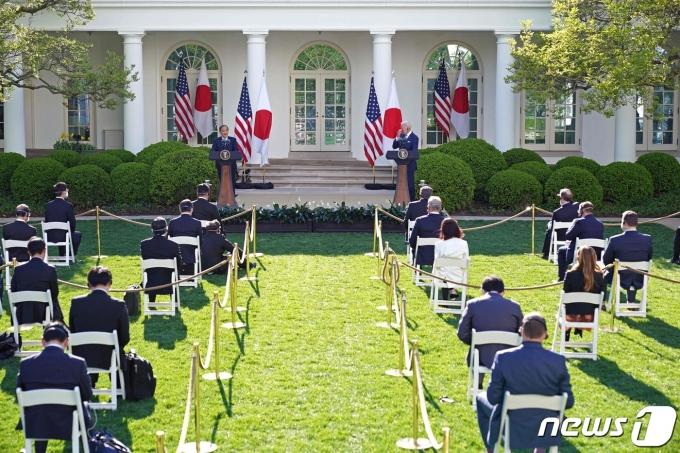 조 바이든 미국 대통령이 16일(현지시간) 워싱턴 백악관에서 스가 요시히데 일본 총리와 취임 후 첫대면 정상회담을 한 뒤 공동 기자회견을 하고 있다. © AFP=뉴스1 © News1 우동명 기자