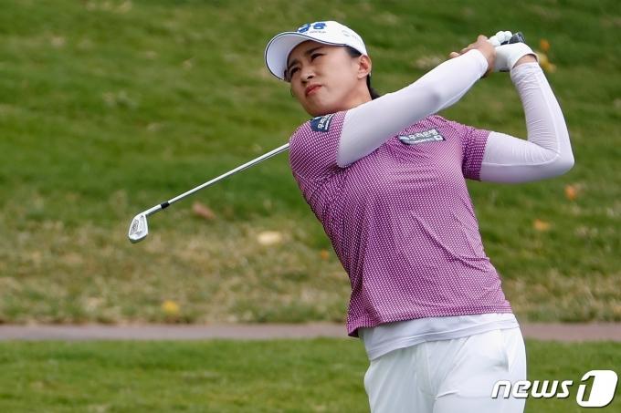 양희영이 17일(한국시간) LPGA투어 롯데 챔피언십 3라운드에서 샷을 날리고 있다. © AFP=뉴스1