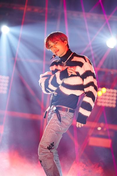 엑소 카이가 지난 1월1일 온라인 중계로 진행된 SM타운 라이브 '컬처 휴머니티'Culture Humanity' 콘서트에서 공연을 펼치고 있다. /사진=SM엔터테인먼트
