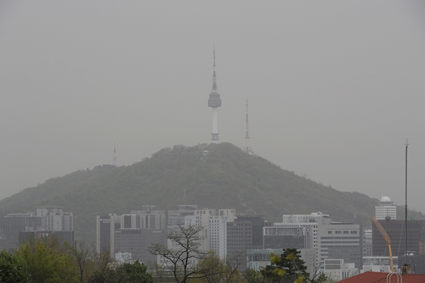 17일 서울 도심 하늘이 뿌옇게 보이고 있다. /사진=뉴스1