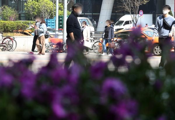 서울 용산역광장에서 시민들이 가벼운 옷차림으로 이동하고 있다. /사진=뉴스1