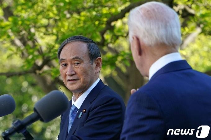 조 바이든 미국 대통령이 16일(현지시간) 워싱턴 백악관에서 스가 요시히데 일본 총리와 취임 후 첫 대면 정상회담을 한 뒤 공동 기자회견을 하고 있다. © AFP=뉴스1 © News1 우동명 기자