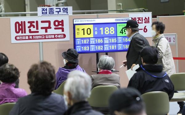 서울 동작구 사당종합체육관에 마련된 코로나19 접종센터에서 어르신들이 앉아 있다가 번호 순번에 따라 화이자 백신 접종 예진실로 들어가고 있다. /사진=뉴스1