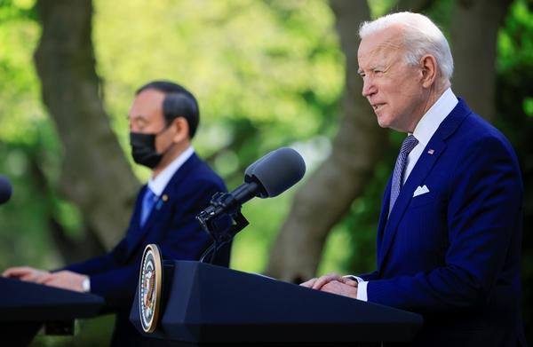조 바이든 미국 대통령(오른쪽)과 스가 요시히데 일본 총리가 16일(현지시간) 미국 워싱턴DC 소재 백악관에서 기자회견을 하고 있다. /사진=로이터