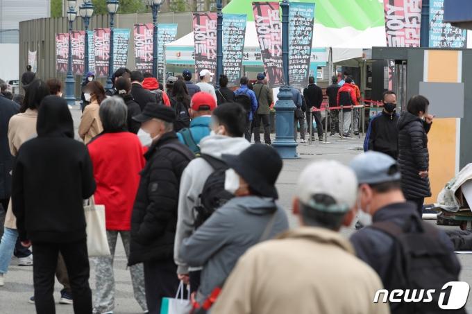 17일 오전 서울 중구 봉래동 서울역 광장에 마련된 중구 임시선별진료소에서 시민들이 검체 검사를 받기 위해 대기하고 있다. 2021.4.17/뉴스1 © News1 박정호 기자