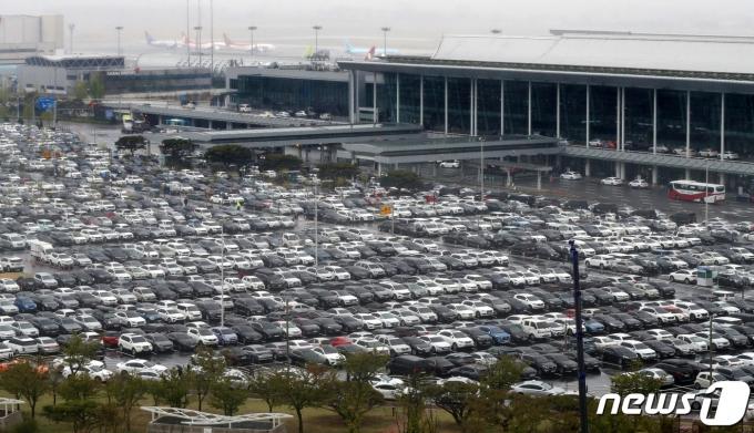 16일 서울 강서구 김포공항 주차장이 주말을 맞아 여행을 떠나는 시민들의 차량으로 북적이고 있다. 2021.4.16/뉴스1 © News1 민경석 기자