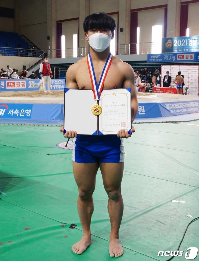 [사진] 대학부 개인전 경장급 우승한 전성근 선수