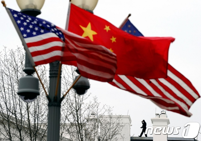 미국 성조기와 중국 오성홍기. © AFP=뉴스1