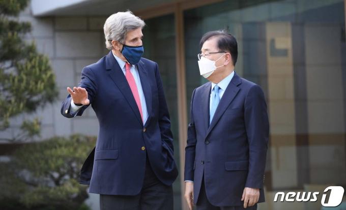 정의용 외교부 장관(오른쪽)이 17일 오후 서울 용산구 한남동 공관에서 방한 중인 존 케리 미국 대통령 기후특사와 만나 대화를 나누고 있다. (외교부 제공) 2021.4.17/뉴스1