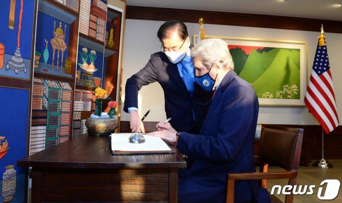 존 케리 미국 대통령 기후특사가 17일 오후 서울 용산구 한남동 외교장관 공관에서 방명록을 작성하고 있다.  (외교부 제공) 2021.4.17/뉴스1