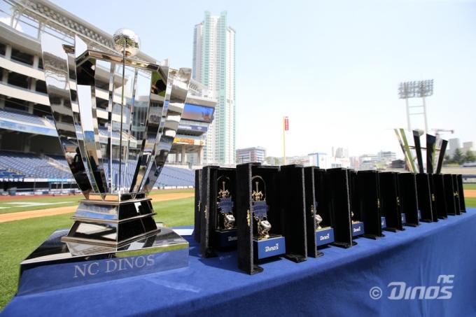 한국시리즈 엔트리 코칭스태프와 선수들에게 제공되는 집행검 트로피 케이스와 우승반지.(NC 다이노스 제공) © 뉴스1