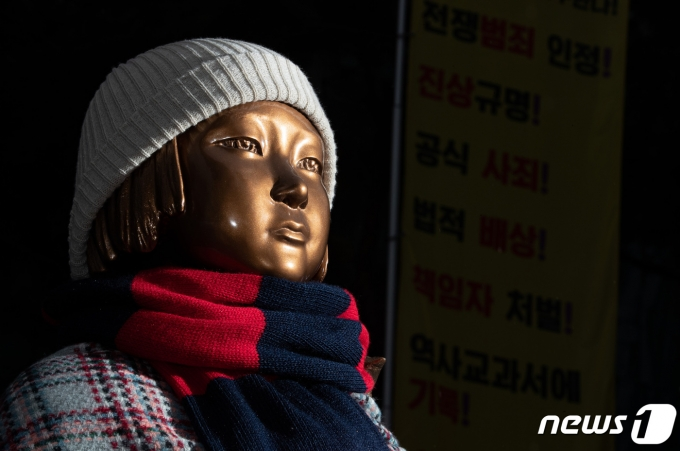 서울 종로구 옛 일본대사관 앞 평화의 소녀상. 2021.1.26/뉴스1 © News1 이재명 기자