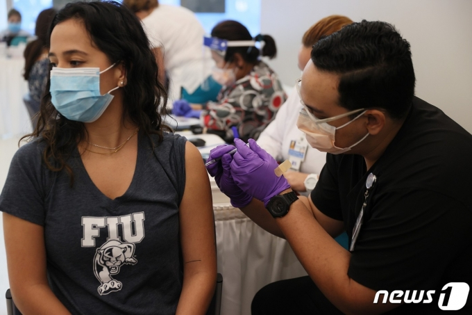 US-COLLEGES-IN-MIAMI-DADE-COUNTY-SET-UP-VACCINATION-PROGRAMS-FOR © AFP=뉴스1