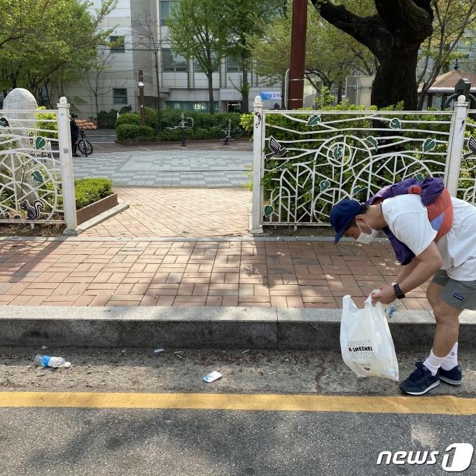 지난 11일 기자가 성북천 주변에서 플로깅에 참여한 모습. 사진은 산책을 함께한 일행이 찍어줬다.  © 뉴스1 조재현 기자.