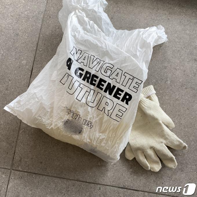 플로깅을 기획한 해운사의 플로깅 키트 구성품. 생분해성 비닐봉지를 제공하는 점이 눈에 띈다. © 뉴스1 조재현 기자.