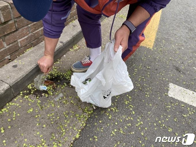 지난 4일 기자의 첫 번째 플로깅 모습. 사진은 일행이 찍어준 것이다. © 뉴스1 조재현 기자.