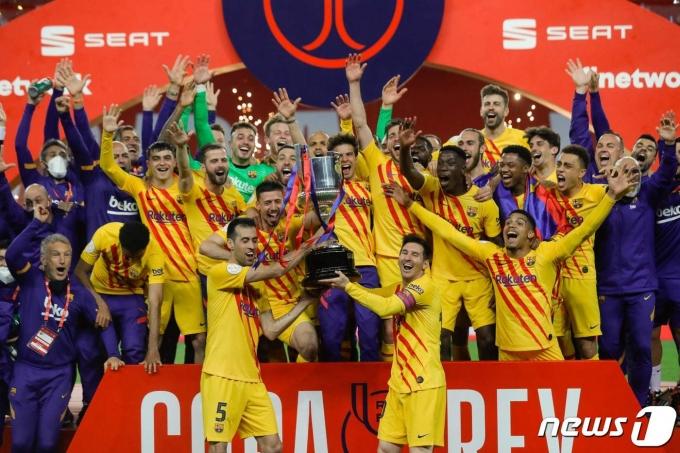 국왕컵 우승을 차지한 FC바르셀로나 선수들이 기뻐하고 있다. © AFP=뉴스1