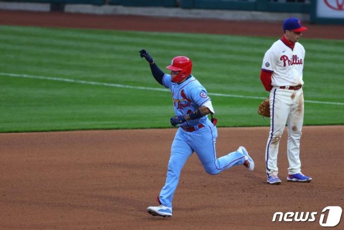 세인트루이스 카디널스의 야디에르 몰리나가 18일 미국 미주리주 세인트루이스의 부시스타디움에서 열린 필라델피아 필리스와의 2021 MLB 경기에서 홈런을 날린 뒤 기뻐하고 있다.  © AFP=뉴스1