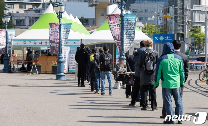 서울 중구 서울역광장에 마련된 임시선별진료소를 찾은 시민들 모습. 2021.4.18/뉴스1 © News1 이재명 기자
