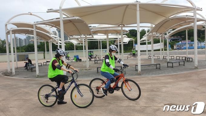 서울 한강공원에서 자전거를 타고 있는 시민들의 모습.(서울시 제공)© 뉴스1
