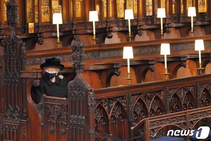 홀로 예배당에 앉아 있는 엘리자베스 2세 여왕. © 로이터=뉴스1 © News1 원태성 기자