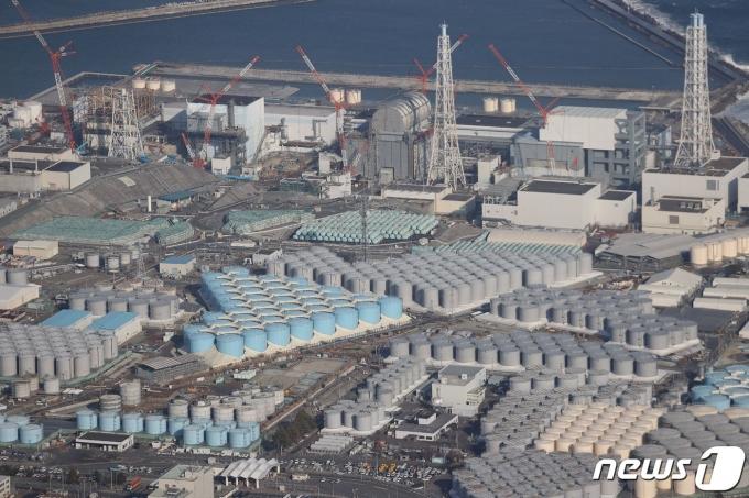 일본 후쿠시마 제1원자력발전소와 원전 부지 내 방사성 오염수 저장탱크 <자료사진> © AFP=뉴스1