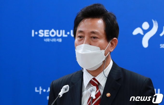 오세훈 서울시장이 지난 13일 서울시청에서 국무회의 관련 브리핑을 하고 있다. /뉴스1 © News1 구윤성 기자