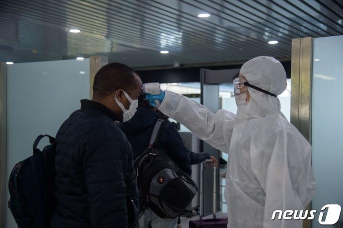 작년 3월9일 북한 평양 순안국제공항에서 러시아 블라디보스토크로 떠나는 평양 주재 외교관 및 공관 직원 등을 상대로 발열검사가 실시되고 있다. © AFP=뉴스1