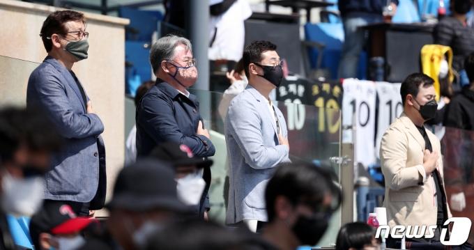 [사진] 국민의례 하는 야구국가대표팀 코칭스테프