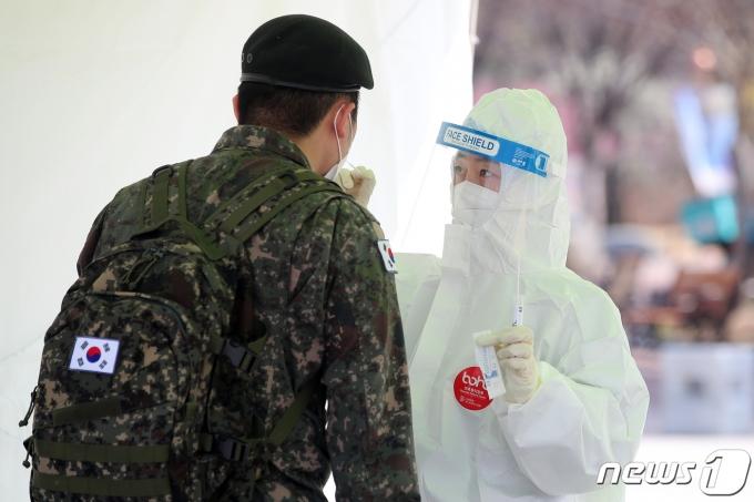 코로나19 진단검사를 받는 군 장병. 2021.3.7/뉴스1 © News1 공정식 기자