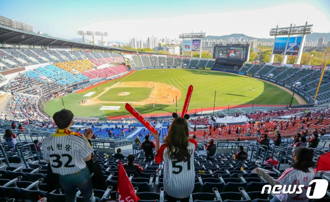 [사진] 완연한 봄날씨에 즐기는 야구 직관