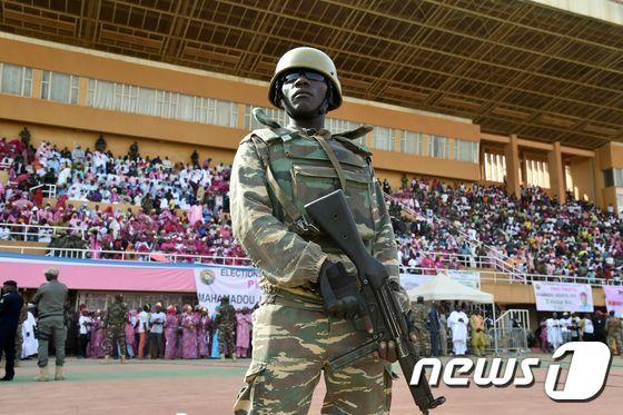 2016년 2월18일(현지시간) 마하마두 이수푸 니제르 대통령이 수도 니아메에서 21일 치르는 대통령 선거 유세를 하는 동안 무장 군인이 경비를 하고 있다. © AFP=뉴스1 © News1 우동명 기자 (사진은 기사 내용과 무관함)