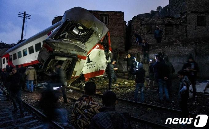 2020년 3월12일(현지시간) 이집트 남부 케나로 향하던 열차가 카이로 인근에서 탈선하면서 최소 34명이 다친 현장의 모습이 보인다. © AFP=뉴스1 © News1 우동명 기자