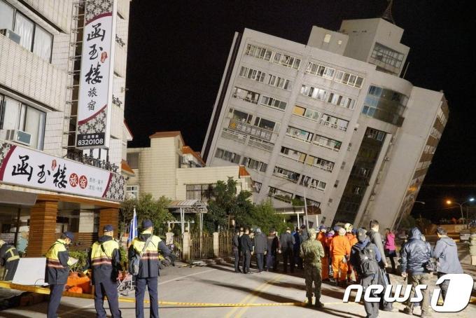 2018년 2월7일(현지시간) 대만 화롄 지역에서 발생한 규모 6.4의 강진으로 기울어진 건물에서 구조대원들이 생존자 수색을 위해 출입을 통제하고 있다. © AFP=뉴스1 © News1 우동명 기자