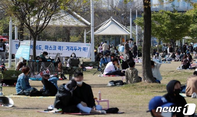 신종 코로나바이러스 감염증(코로나19) 국내 신규 확진자가 나흘재 600명대를 기록한 18일 오후 서울 여의도 한강공원에 나들이를 나온 시민들로 북적이고 있다. 중앙방역대책본부에 따르면 이날 0시 기준으로 코로나19 신규 확진자는 672명으로 집계됐다. 누적 11만4,115명이다. 2021.4.18/뉴스1 © News1 구윤성 기자