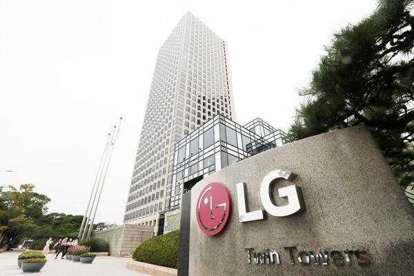 허성우 LG화학 석유화학·글로벌사업추진총괄 부사장(왼쪽)이 19일 서울 여의도 LG트윈타워에서 ISCC의 국내 공식 대행사인 컨트롤유니온코리아 이수용 대표이사에게 ISCC+ 인증서를 받고 있다. /사진=LG화학